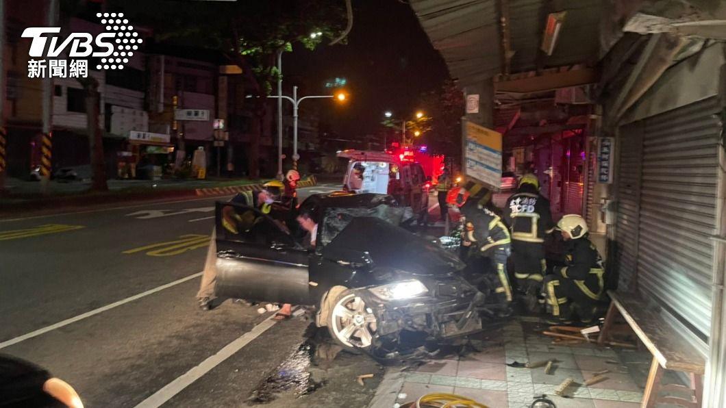 (圖/中央社) 疑轉彎失控自撞路邊電桿 駕駛送醫不治、2乘客輕傷