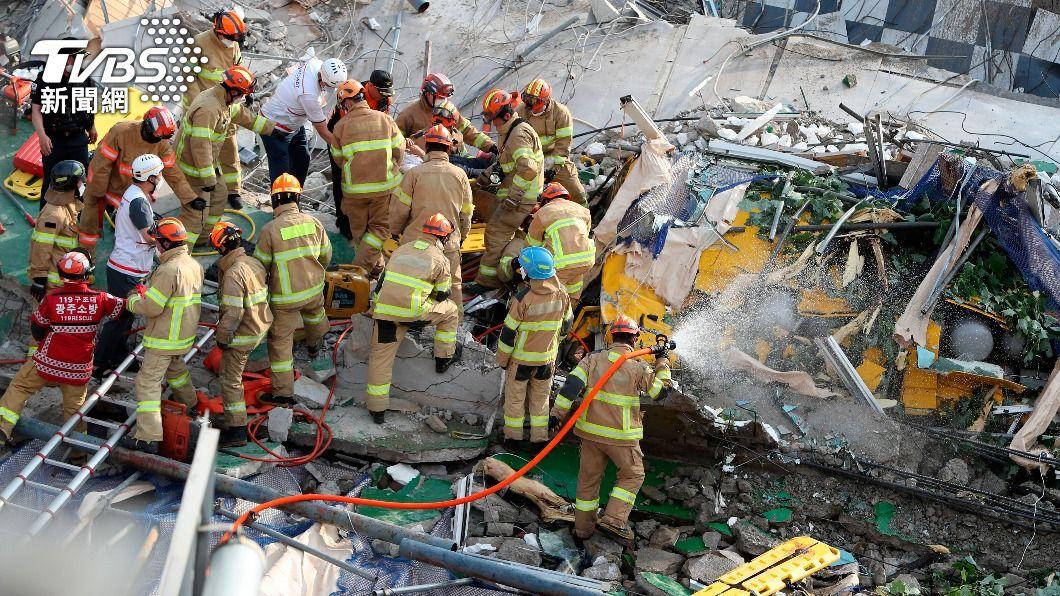 消防人員在瓦礫多中尋找倖存者。(圖/達志影像美聯社) 韓國房屋倒塌砸公車釀9死、最小僅10歲 總統要求徹查