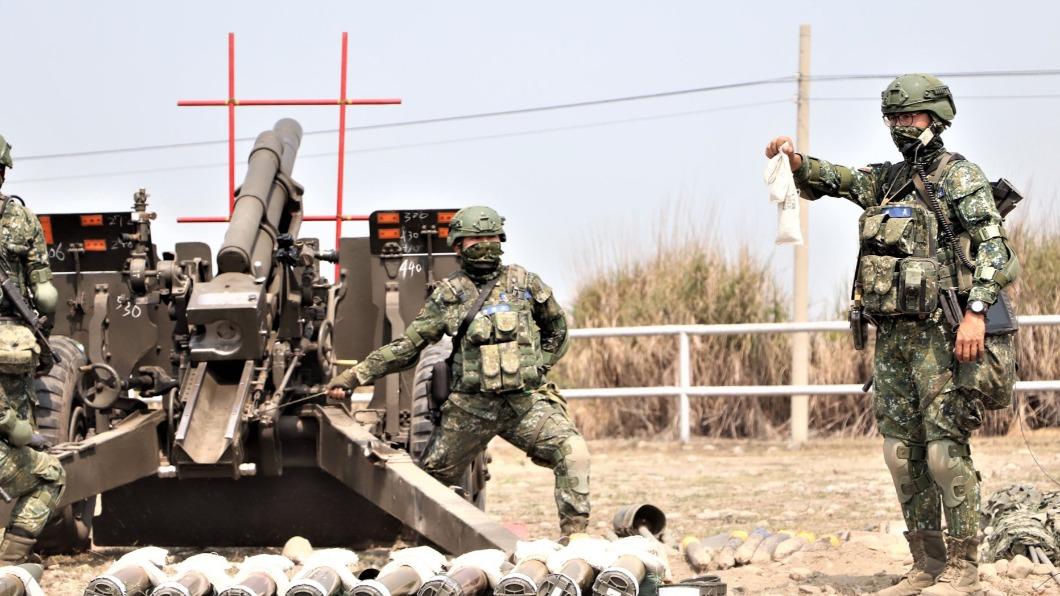 儘管疫情未趨緩,國軍部隊仍持續進行戰備訓練,絲毫不敢鬆懈。(圖/翻攝自中華民國陸軍臉書) 疫情肆虐國軍仍保備戰狀態 夜射105公厘榴彈砲