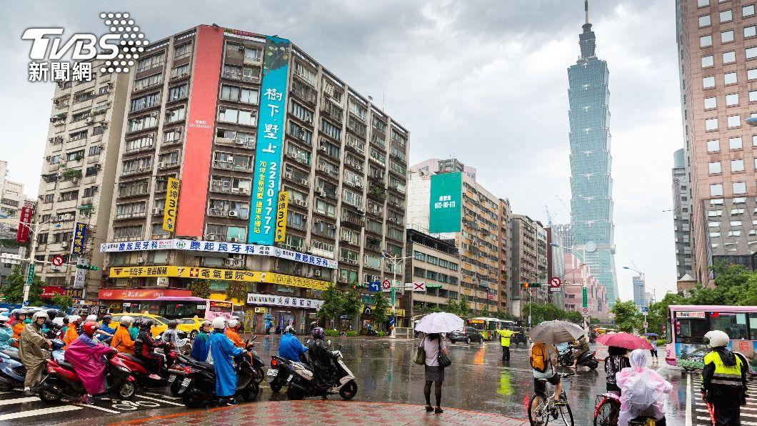 明日將有新一波梅雨鋒面接近台灣。(示意圖/Shutterstock達志影像) 梅雨鋒面發威!連3天雨襲全台恐淹水 水庫有望再補血