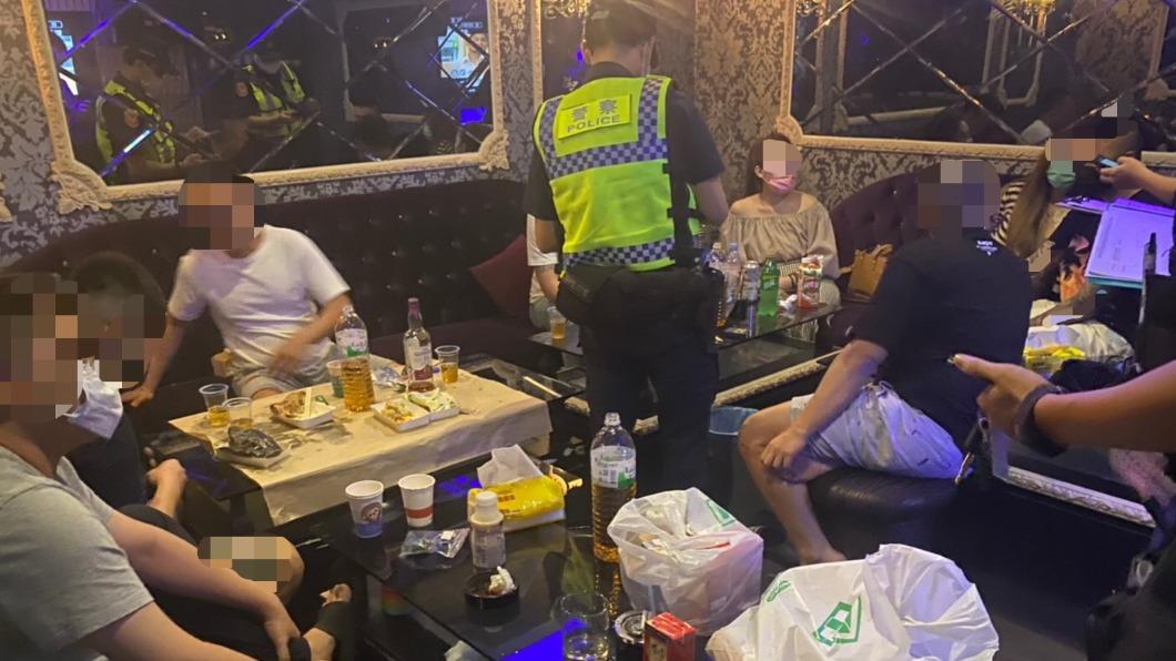警方查獲10男女群聚飲酒歡唱,開罰每人6萬以上罰單。(圖/新興分局中正三路派出所提供) 卡拉不OK!高雄10男女群聚歡唱 警開罰+斷水斷電