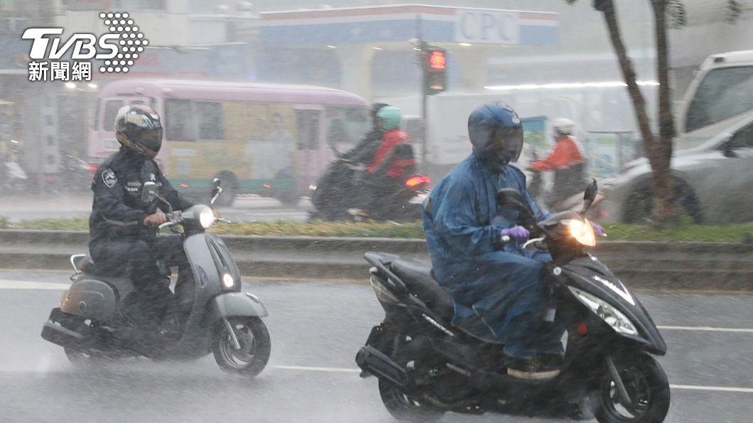氣象局發布大雨及豪雨特報。(圖/中央社) 準備防災!10縣市豪大雨特報 本週雨勢最強2天曝