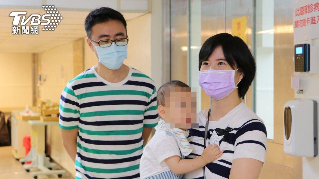 睿睿與媽媽順利康復與爸爸團聚。(圖/臺北榮總提供) PCR奇蹟陽轉陰!嬰染疫難吞苦藥 母服藥「哺乳」