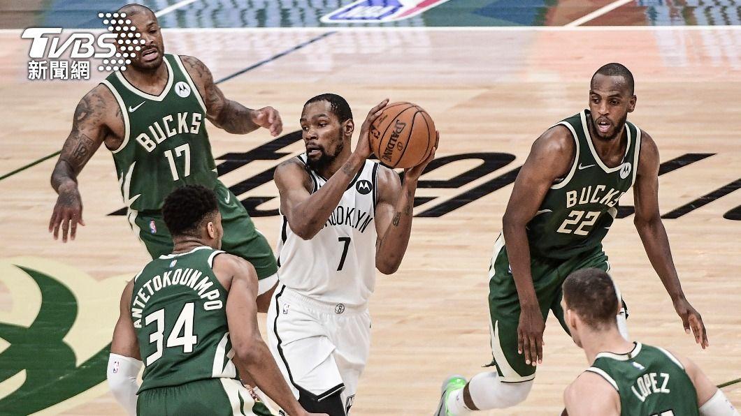 (圖/達志影像路透社) NBA公鹿雙星狂轟68分 對籃網系列賽扳回一城