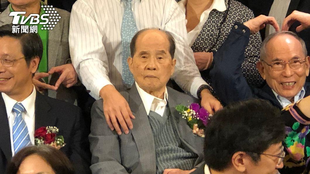 台大醫學院小兒科名譽教授李慶雲(前中)被譽為「台灣疫苗之父」。(圖/中央社) 「台灣疫苗之父」李慶雲辭世 享壽94歲