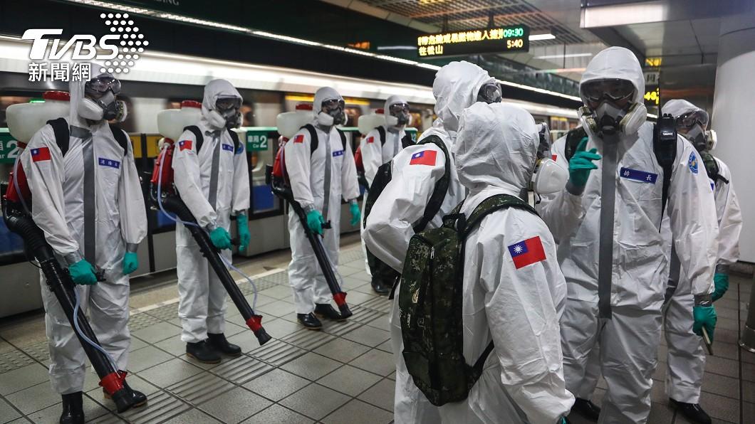 先前化學兵在捷運站加強清消。(圖/中央社) 疫情有向下?本土再增286例「苗栗超越北市」