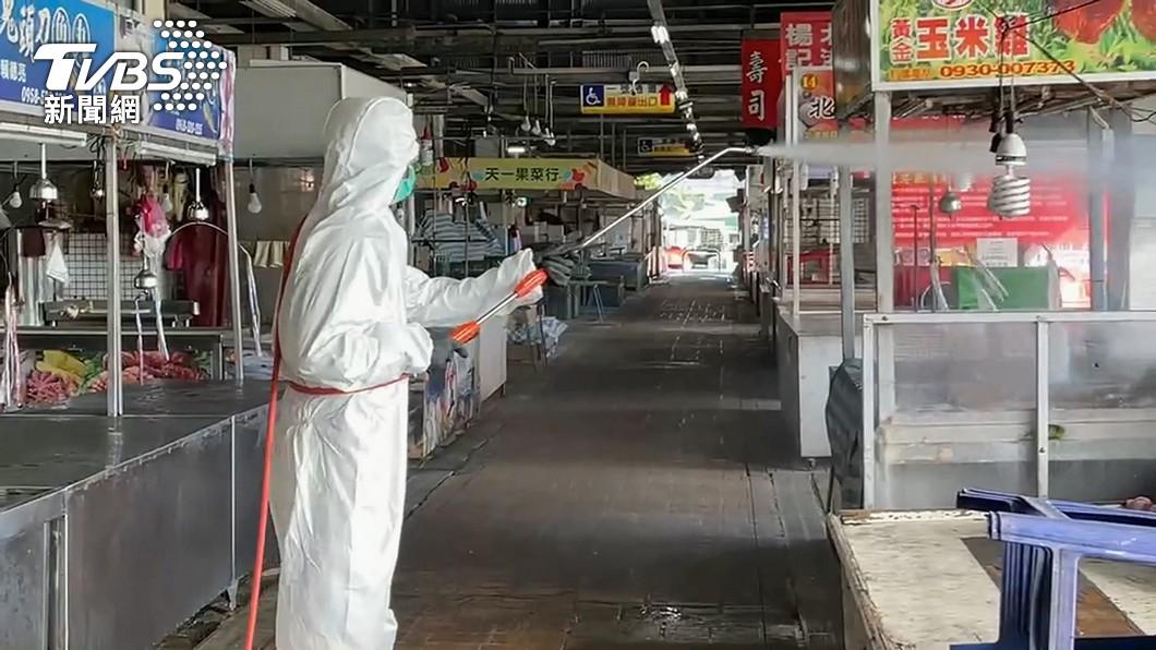 消毒人員進行環境噴消。(圖/TVBS) 不斷更新/增132例!足跡遍及超商、台鐵、蔬果市場