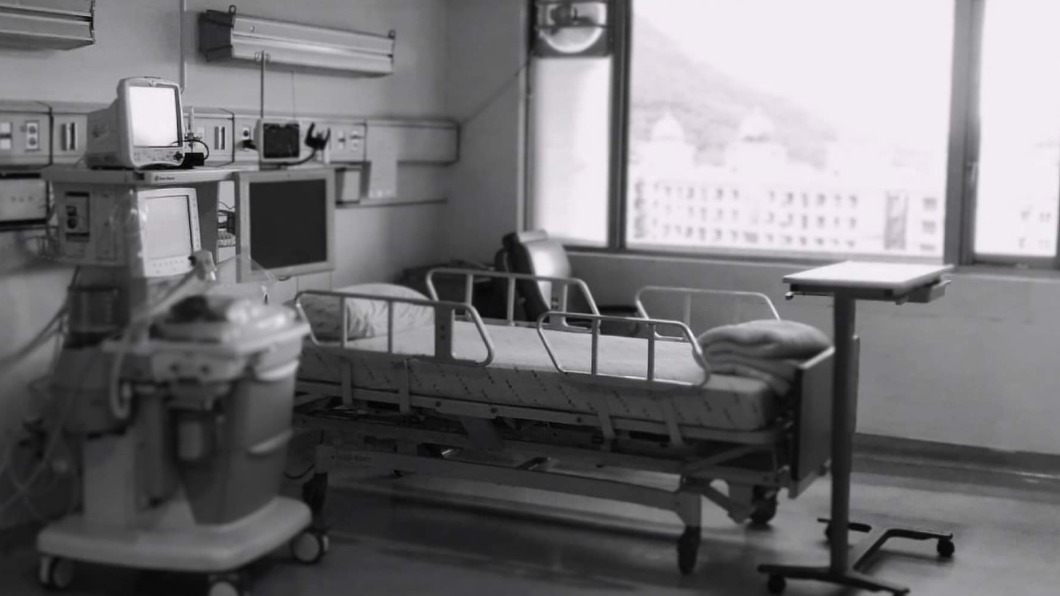 醫師高銘鴻向大家強調,年長者染疫致死率極高。(圖/翻攝自「大禹治水 恩主公醫院 高銘鴻醫師 三峽北大泌尿科」臉書) 「確診者用生命教會我的事」 醫含淚求:拜託不要回家