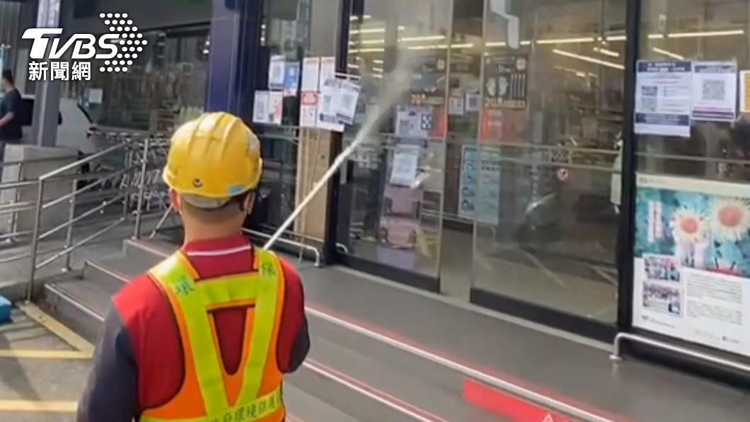消毒人員執行環境噴消。(示意圖/TVBS) 不斷更新/本土+250!台鐵、全聯、東協廣場列足跡