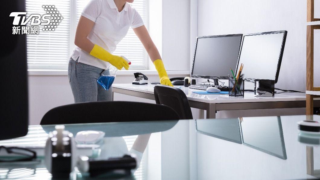 即使清潔人員無需進辦公室工作,老闆照發薪水。(示意圖/shutterstock達志影像) 疫情被迫停工!佛老闆照發薪 清潔員感動淚崩:去年也這樣