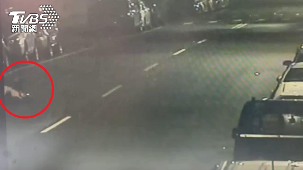 男子騎機車前往醫院時倒臥在途中。(圖/TVBS) 北市60歲男發燒、連日咳嗽 自行騎車就醫倒臥途中身亡