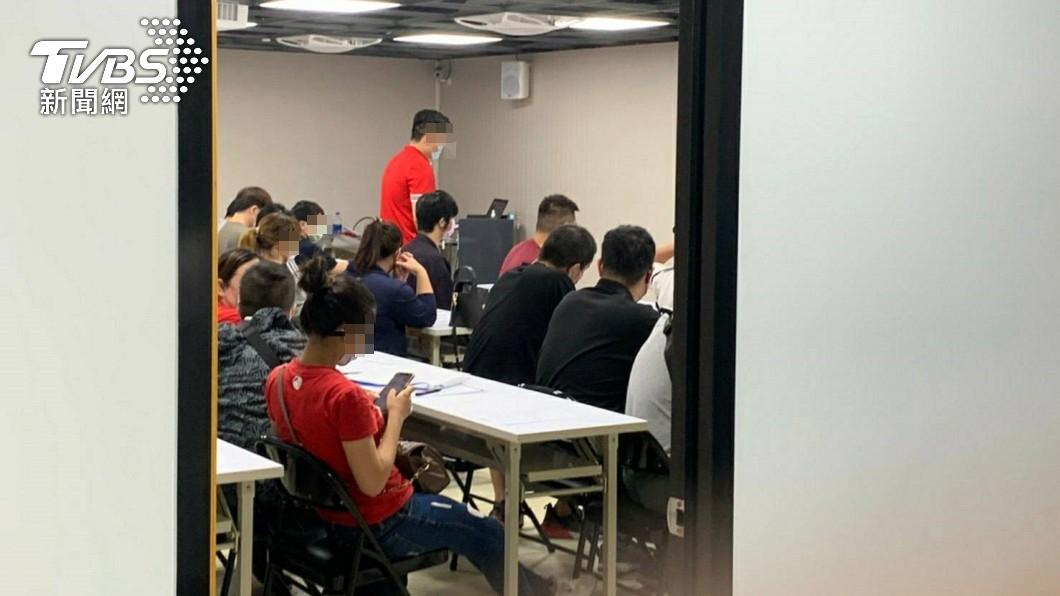面試者肩並肩擠在會議室中。(圖/TVBS) 超昂貴面試!台南41人「擠爆房間」恐遭罰246萬