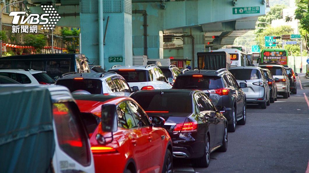 端午連假首日,出現嚴重塞車情形。(圖/中央社) 嚴格實施匝道儀控管制 欲上國道需等待近1小時