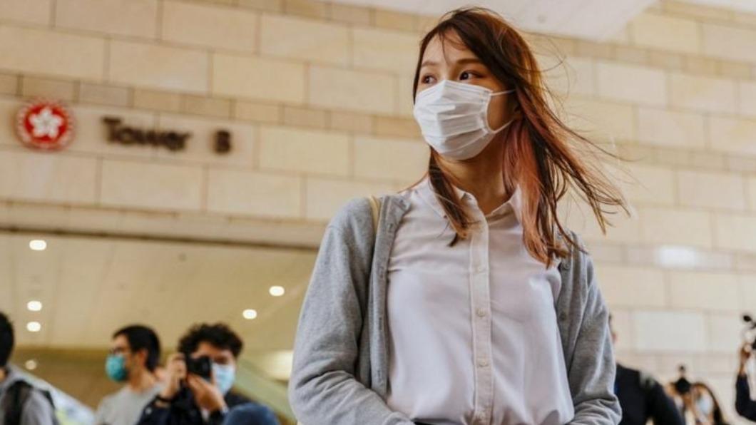 前香港眾志成員周庭今早從大欖女懲教所刑滿出獄。(圖/周庭臉書) 「香港民主女神」周庭出獄 市民擠爆到場加油