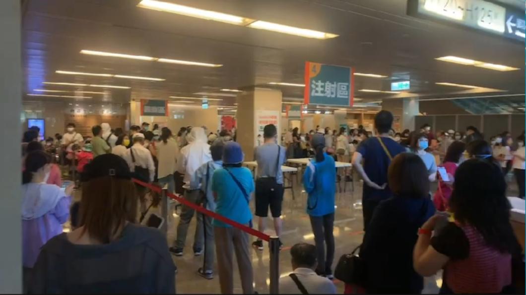 亞東醫院今(12)日上午擠爆500名醫護搶打莫德納疫苗。(圖/翻攝自記者爆料網) 醫護搶打500劑莫德納疫苗 亞東醫院估下午全打完