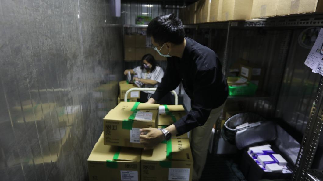 高雄市9.1萬劑AZ疫苗到貨。(圖/高雄市衛生局提供) 來了!高雄9.1萬劑AZ疫苗到貨 前5類下午開打