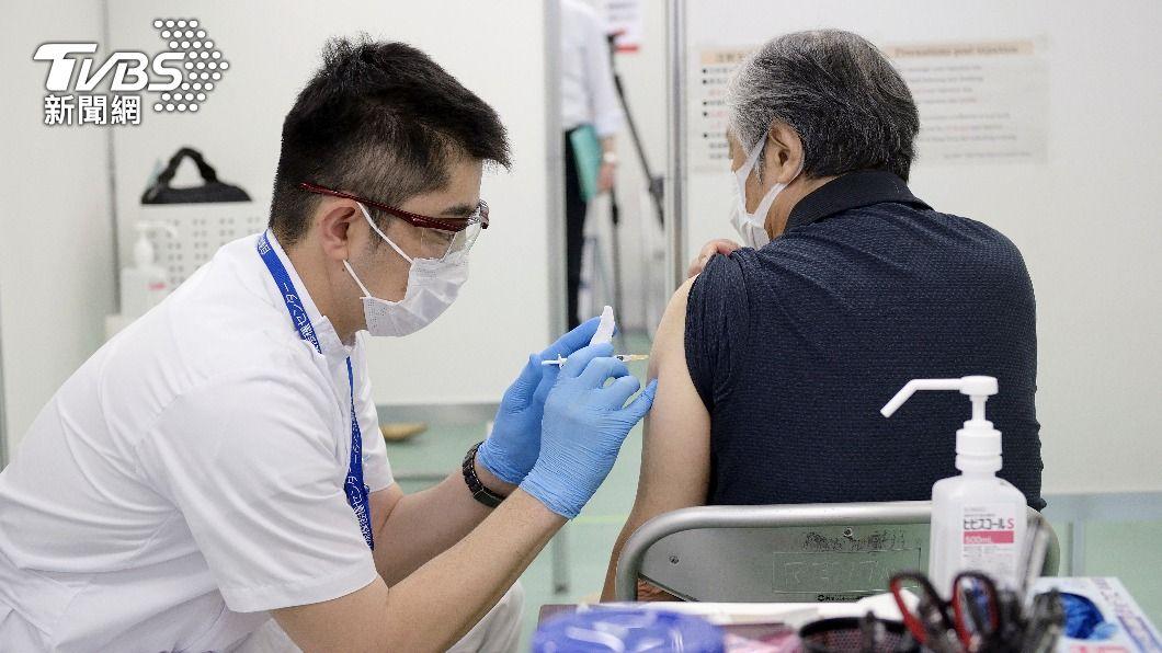 日本多數65歲以上年長者已接種完第一劑,預約施打進入空窗期。(圖/達志影像路透社) 日本長者預約接種進空窗期 政府列警消跟進施打