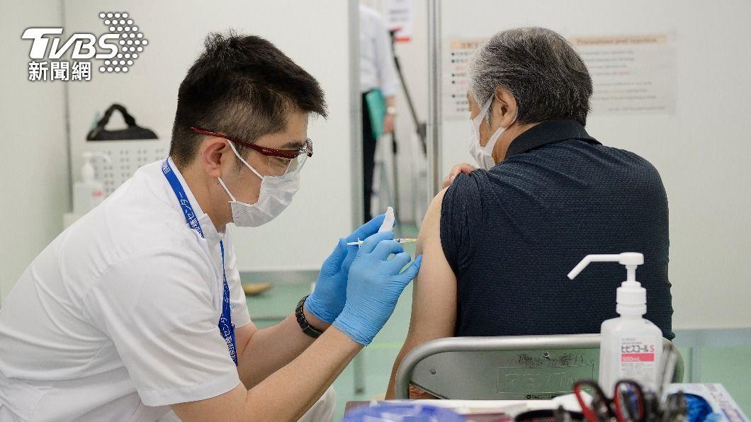 莫德納疫苗今(12)日開始提供接種。(圖/達志影像美聯社) 莫德納疫苗開放第1類人員施打 第2劑不開放混打AZ