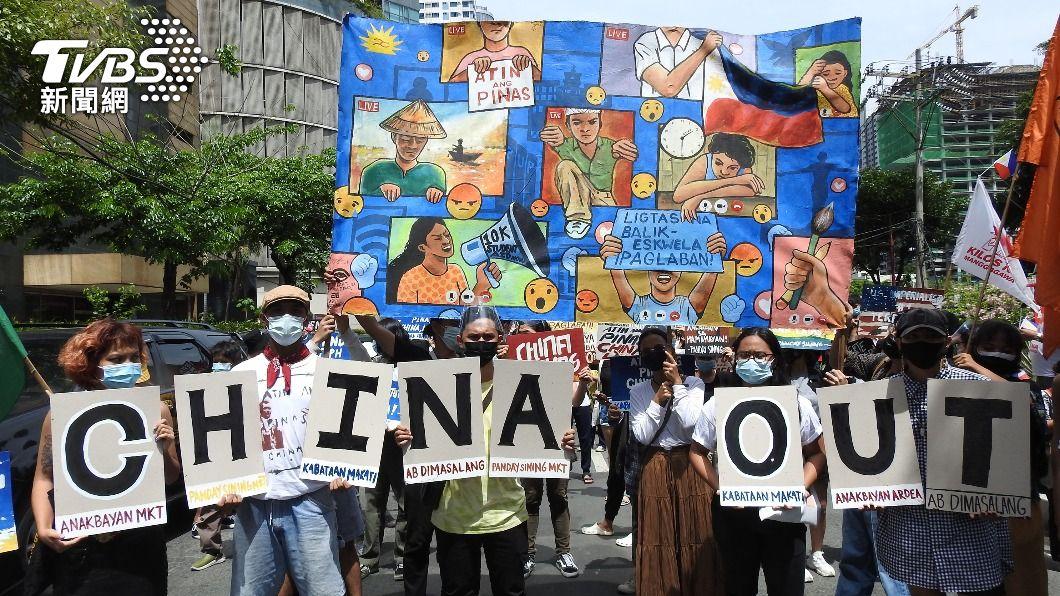 菲律賓民間團體聚集在中國大陸大使館前,要求中國大陸船隻離開西菲律賓海。(圖/中央社) 菲獨立日支持者舉牌抗議 要求陸離開西菲律賓海