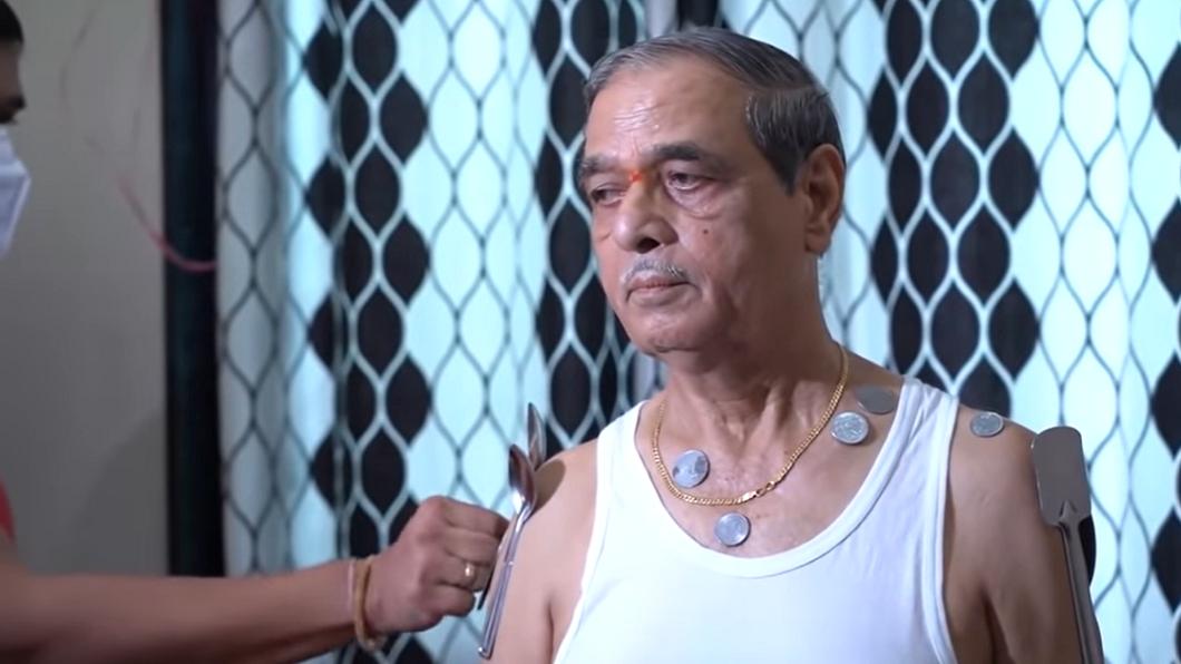 印度一名老翁身上有磁力能吸金屬物。(圖/翻攝自YouTube) 疫苗兩劑打完化身「萬磁王」 印翁全身吸滿金屬物