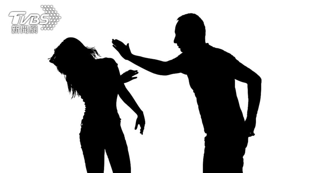 一對夫妻因為疫情關係是否要回去探望公婆,男方動手打女方巴掌。(示意圖/shutterstock達志影像) 不把防疫當回事!勸尪別回公婆家遭甩巴掌 妻淚崩心死離婚