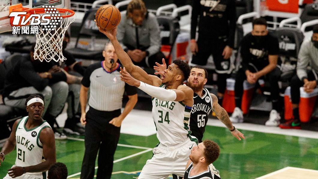 NBA公鹿安特托昆博攻下34分、12籃板。(圖/達志影像路透社) 籃網厄文腳傷退場 公鹿主場連勝季後賽扳成2平