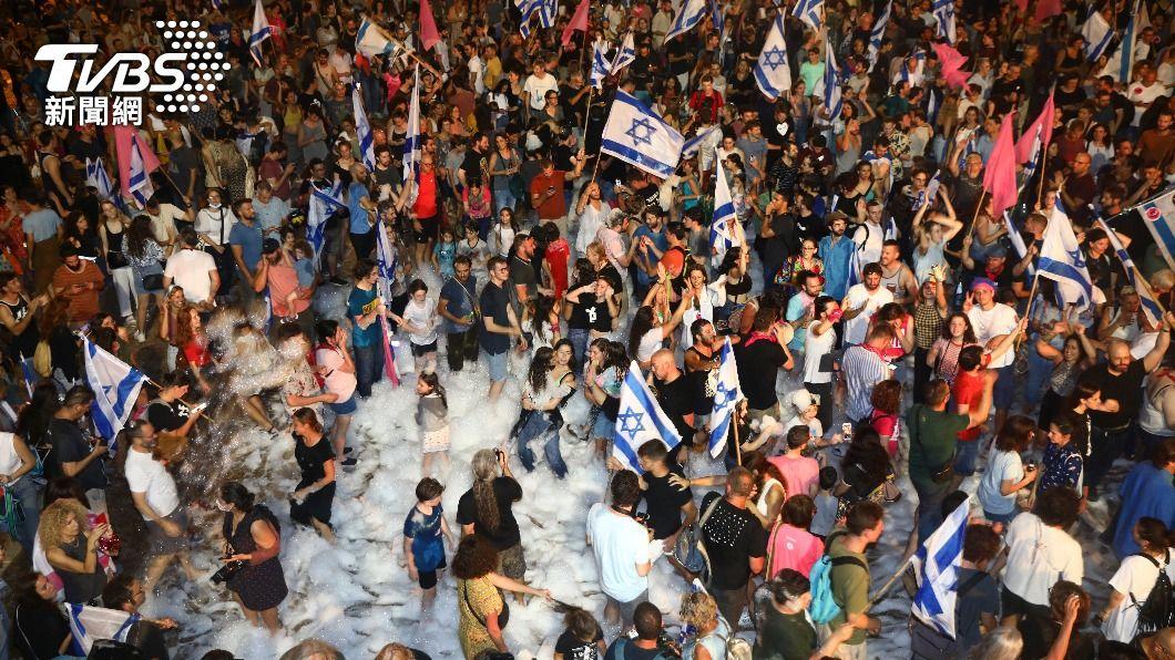 以色列民眾街頭歡慶新政府成立。(圖/達志影像美聯社) 以色列群眾期盼改變 歡慶尼坦雅胡12年執政終結