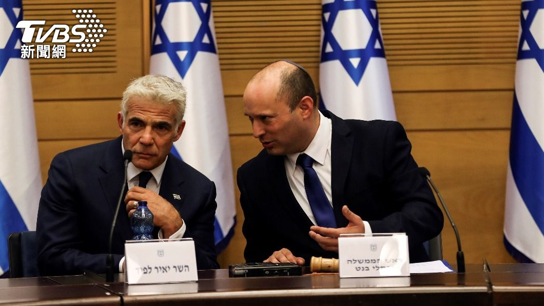 以色列新總理班奈特(右)與中間派領袖拉皮德。(左)。(圖/達志影像路透社) 尼坦雅胡時代告終 以色列中間派拉皮德促成變天
