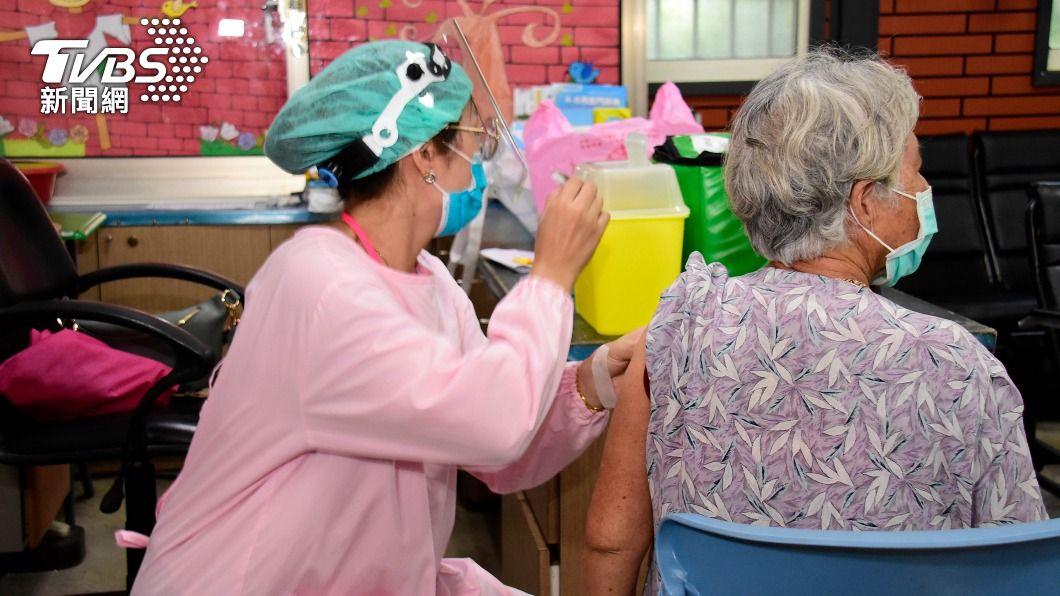 醫護為長者施打AZ疫苗。(圖/中央社) 慢性病長者打疫苗前不需停藥 接種後多休息喝水