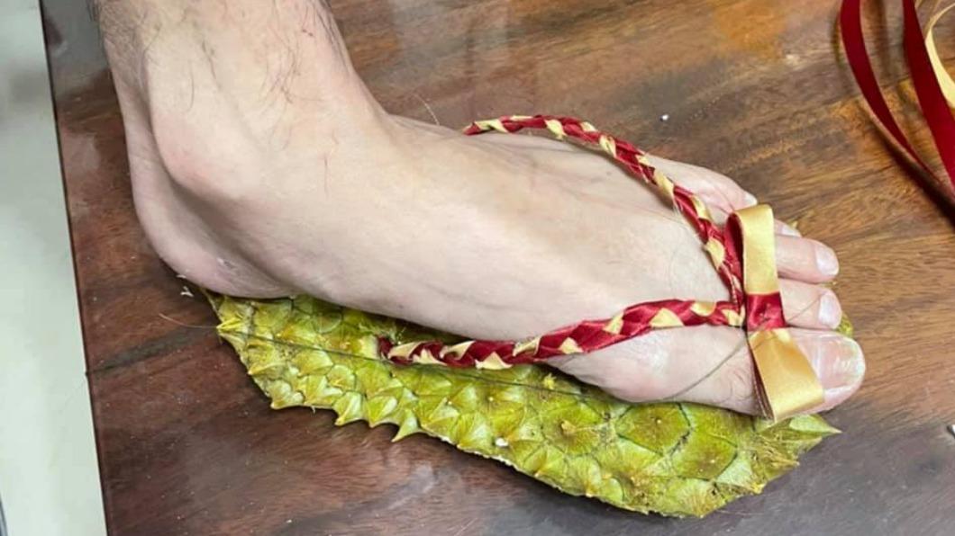 網友用「榴槤皮」製拖鞋,秒成「天堂路隨身版」。(圖/翻攝自「爆廢公社公開版」臉書) 疫情間想亂跑?網友自製「榴槤鞋」 秒成天堂路隨身版