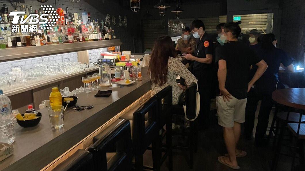 高雄市昨晚有酒吧偷營業。(圖/TVBS) 端午連假酒吧拉鐵門偷營業 員警埋伏2小時上門逮人