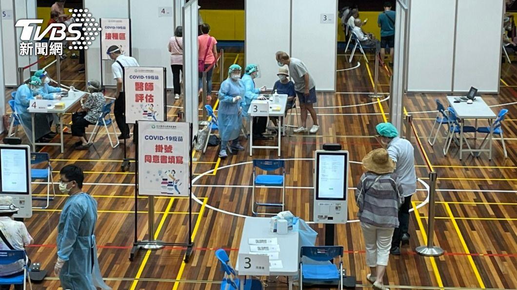 北市長者接種疫苗。(圖/中央社) 75歲臥床長者到府施打!北市「機動接種隊」出擊