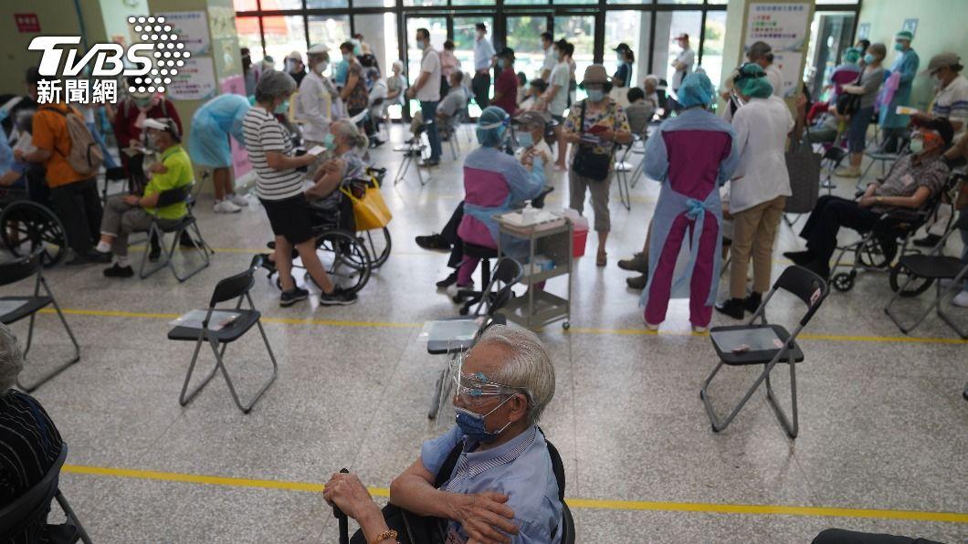 北榮採宇美町式接種疫苗。(圖/中央社) 「宇美町式」接種立功 半小時就能施打150名長者
