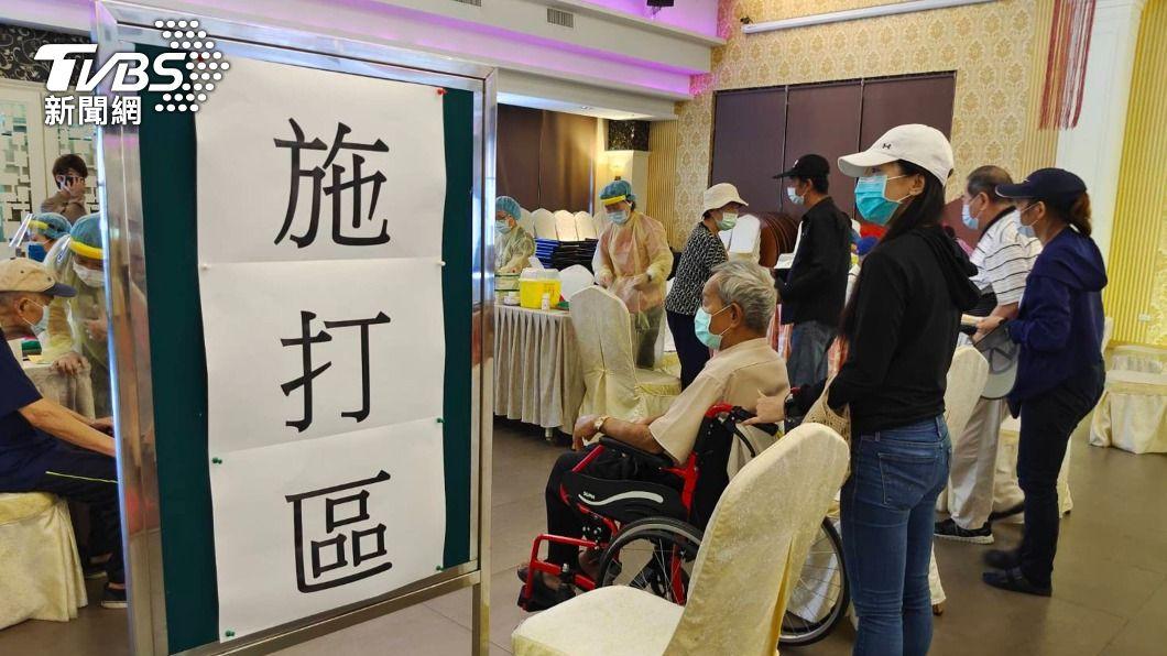 頭份一家餐廳規劃成疫苗接種站(圖/中央社) 苗縣85歲以上長者出門打疫苗 百歲人瑞不缺席