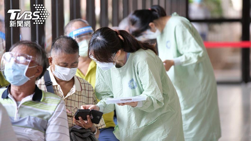 (圖/中央社) 台中施打AZ疫苗 中榮「宇美町式」接種洗腎病友