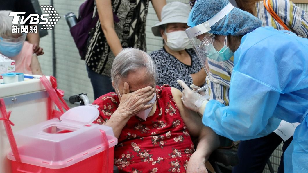 AZ疫苗今起擴大接種。(圖/中央社) AZ疫苗擴大接種加速補貨 75歲以上配發量增至53%