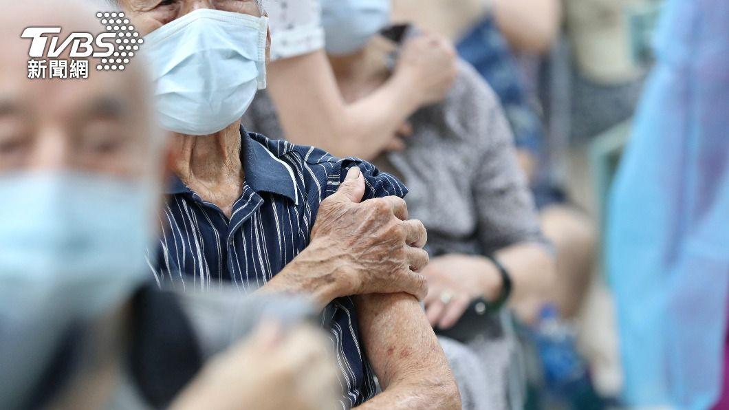 長者接種疫苗。(圖/中央社) 第2批疫苗17日發放 陳時中籲在居住地就近打