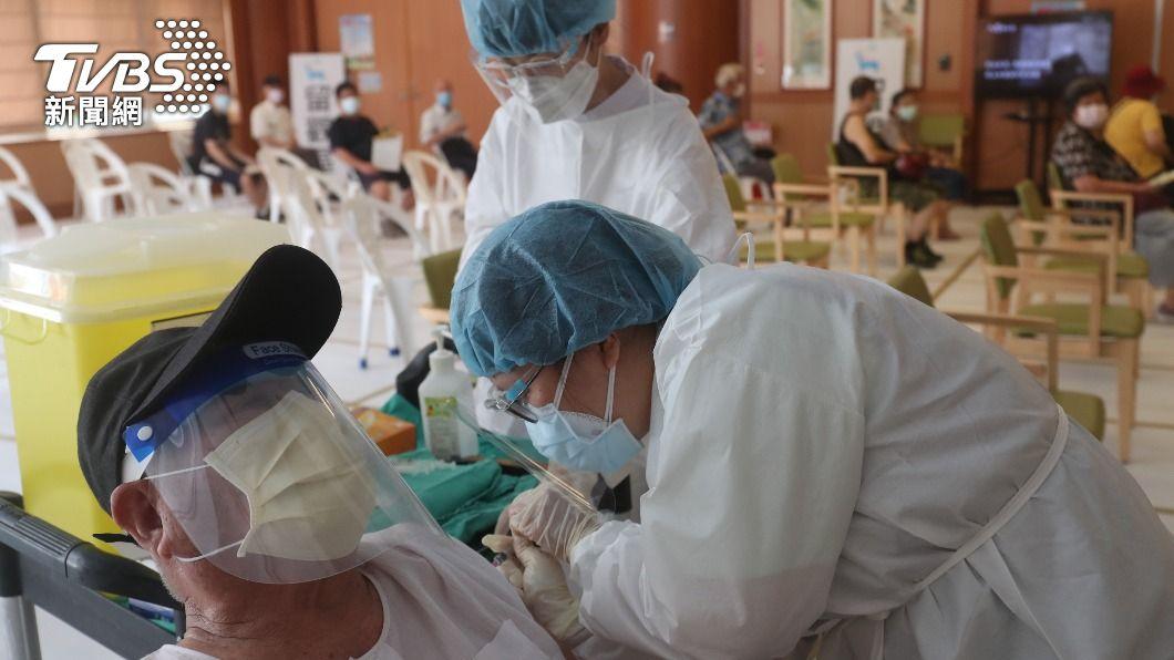 (圖/中央社) 新北長者疫苗接種 慈濟5靜思堂支援為施打站