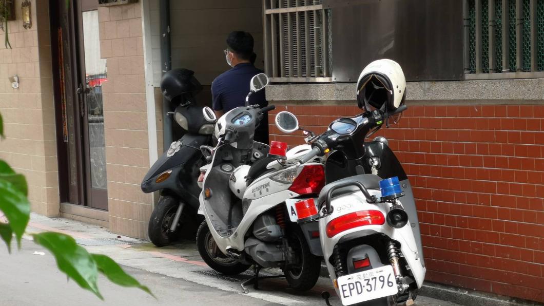警方在陳屍民宅外面封鎖進出。(圖/讀者提供) 北投民宅飄怪味道 員警獲報查看赫見「腐屍」