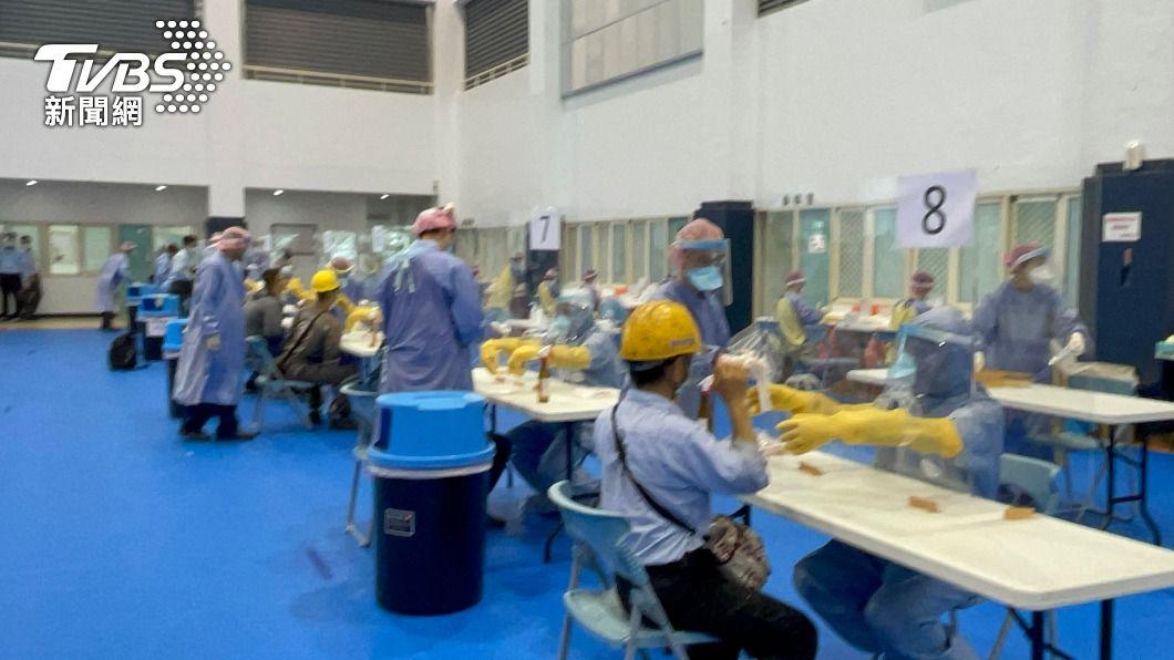 六輕員工進行快篩。(圖/中央社) 雲林六輕1.3萬名員工快篩 拚4天完成