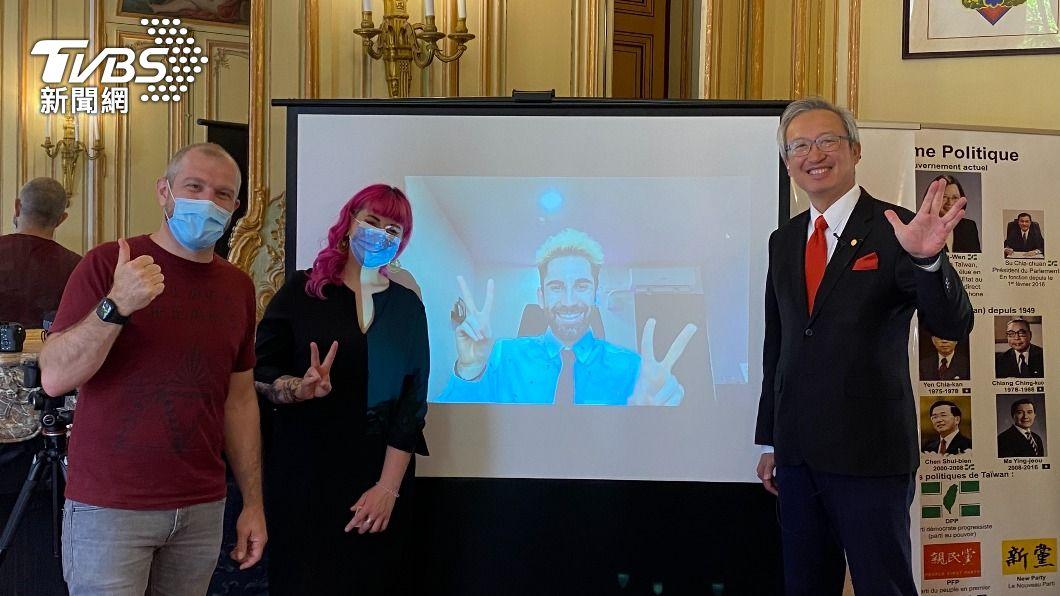 法國百萬YouTuber「酷」(螢幕上)選出勞洪(左1)與卡優(左2)為法國獲獎者,將分享新台幣50萬元獎金。(圖/中央社) 法網紅贈百萬助圓夢 法獲獎者盼台灣電競被看見