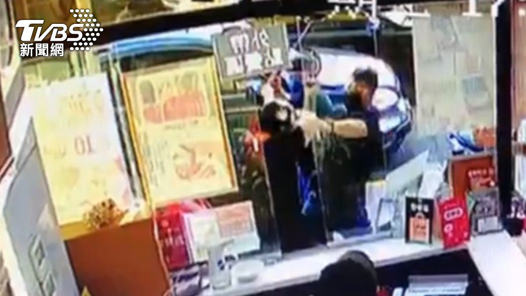 犯嫌持甩棍攻擊擄人。(圖/TVBS) 北市內湖超商爆「4惡煞當街擄人」 店員嚇傻急報警
