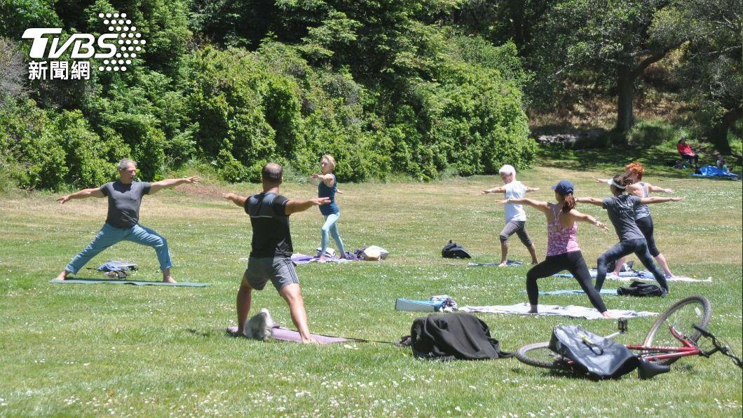 圖為舊金山金門公園民眾做瑜伽一景。(圖/中央社) 美加州解封迎新常態生活里程碑 民眾既興奮也審慎