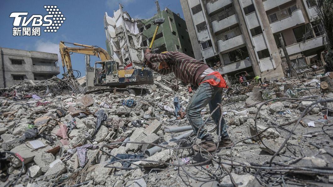 加薩地區還在重建工程中,又遭遇來自以色列的空襲。(圖/達志影像美聯社) 再空襲加薩!以巴停火僅11天 以色列控哈瑪斯先出手