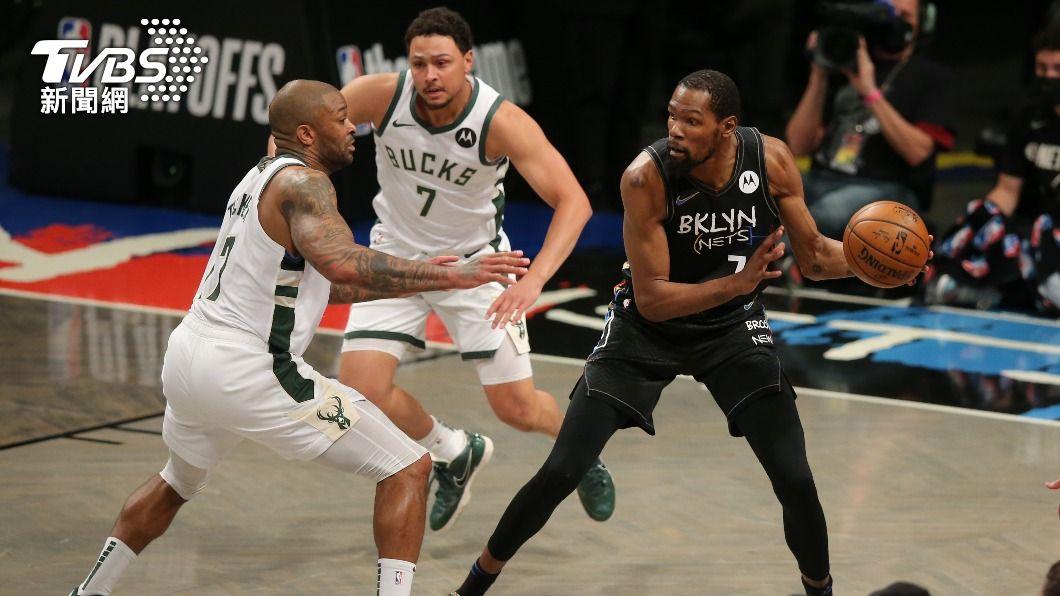 NBA籃網杜蘭特大三元。(圖/達志影像路透社) 杜蘭特打滿全場奪49分大三元 籃網逆轉公鹿聽牌