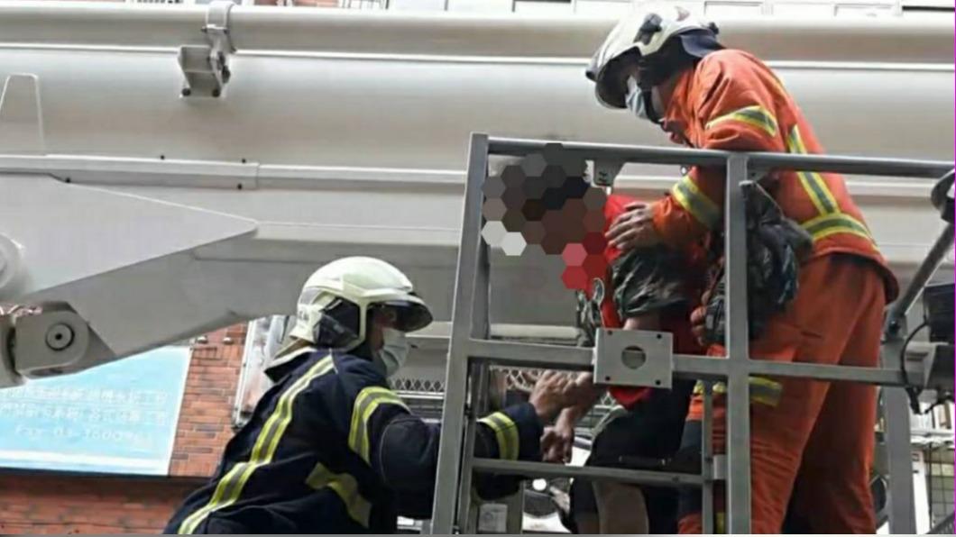 消防使用雲梯車將攀窗婦人救出。(圖/桃園消防局提供) 就是要外出!6旬婦不顧家人反對 冒險攀窗受困5樓