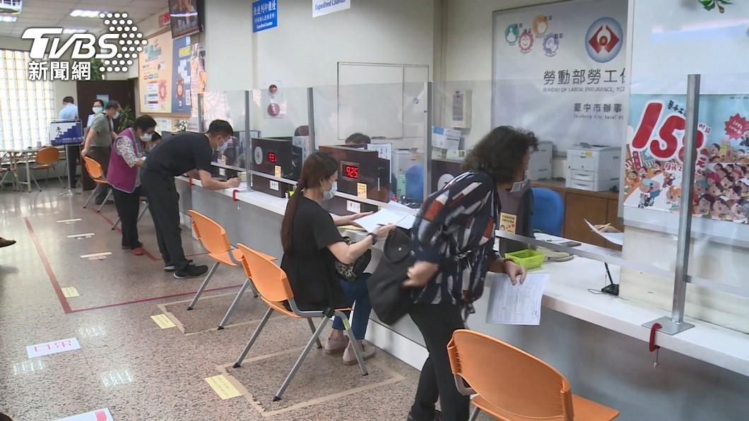 「勞工紓困貸款」已在6/19凌晨0時起暫緩收件。(圖/TVBS) 勞工紓困貸款下不來?銀行點名3種人「卡關機率高」