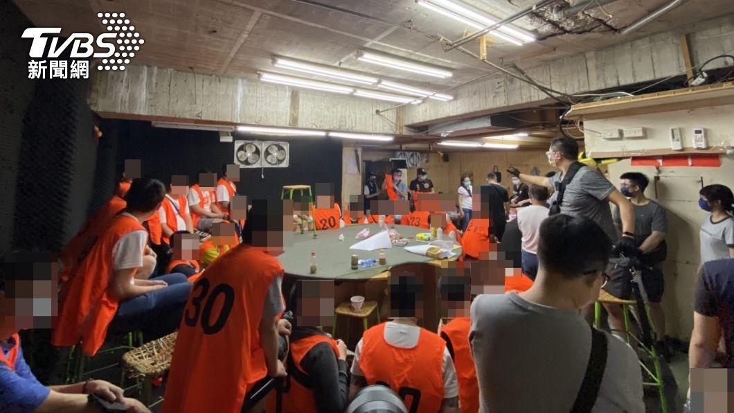 桃園市警方破獲大型賭場群聚案。(圖/警方提供) 破群聚紀錄!桃園66人塞爆賭場 恐罰近5百萬元