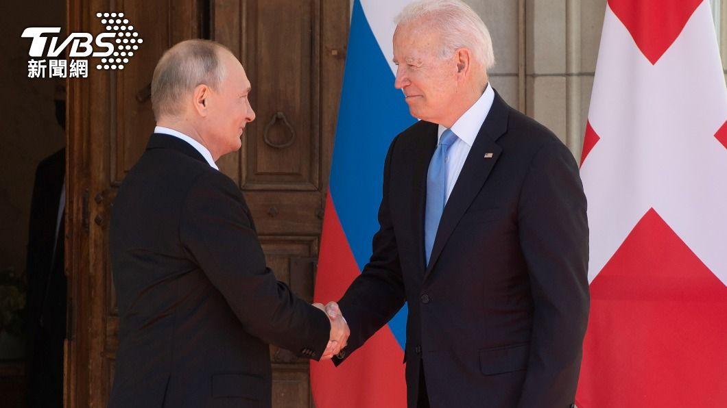 美國總統拜登和俄羅斯總統普欽在高峰會前兩人握手致意。(圖/達志影像路透社)  拜登和普欽展開首次高峰會 登場前握手致意
