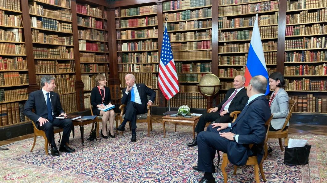 美國總統拜登與普欽會面。(圖/白宮隨行媒體團提供) 拜登、普欽展開元首峰會 美俄媒體先吵成一團